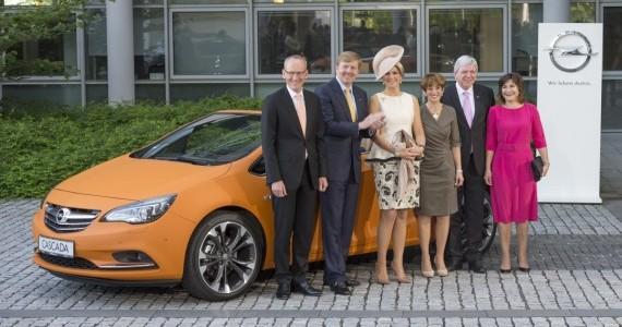 """Bild mit Damen: Opel-Chef Karl-Thomas Neumann mit dem Königspaar, dem hessischen Ministerpräsidenten Volker Bouffier und dessen Gattin Ursula. Ganz rechts im Bild: die niederländische Handelsministerin Liliane Ploumen. """"obs/Adam Opel AG"""""""