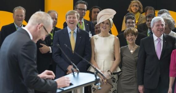 """Beste Atmosphäre: Das Königspaar freut sich über den Applaus der Opel-Mitarbeiter und die launige Begrüßungsrede von Opel-Chef Neumann. Quellenangabe: """"obs/Adam Opel AG"""""""